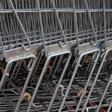 Fileira de carros de compra do metal Imagem de Stock