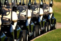 Fileira de carros de golfe da vista dianteira foto de stock