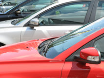 Fileira de carros novos Fotografia de Stock