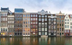 Fileira de casas autênticas do canal no Rokin em Amsterdão foto de stock royalty free