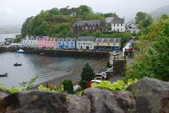 Fileira de casas coloridas ao longo da água em Portree, ilha de Skye, Escócia imagens de stock