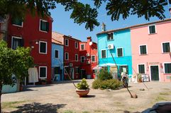 Fileira de casas coloridas na ilha de Burano fotos de stock
