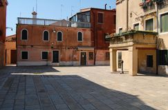 Fileira de casas coloridas na ilha de Murano imagem de stock royalty free