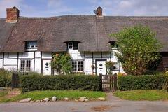 Fileira de casas de campo inglesas Thatched da vila Fotografia de Stock Royalty Free