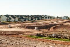 Fileira de casas novas durante a urbanização fotos de stock royalty free