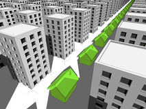 Fileira de casas verdes entre muitos blocos de apartamentos Fotos de Stock Royalty Free