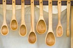 Fileira de colheres de madeira Fotos de Stock