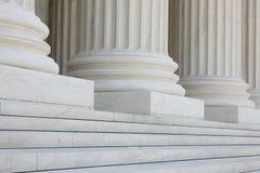 Fileira de colunas clássicas com etapas Fotografia de Stock Royalty Free