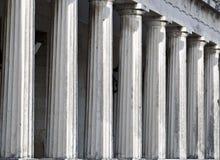 Fileira de colunas do templo do grego clássico Fotos de Stock Royalty Free