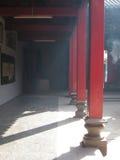 Fileira de colunas vermelhas Imagem de Stock