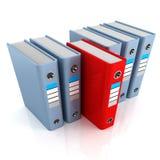 Fileira de dobradores do escritório com um vermelho original selecionado Fotos de Stock