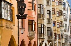 Fileira de edifícios coloridos velhos Fotografia de Stock