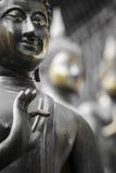 Fileira de estátuas da Buda no templo de Ganagarama, Colombo, Sri Lanka imagens de stock