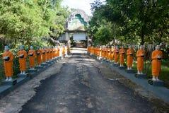 Fileira de estátuas da monge de Budhist fotografia de stock royalty free