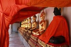 Fileira de estátuas de assento da Buda Imagens de Stock Royalty Free