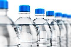 Fileira de garrafas de água plásticas da bebida ilustração stock