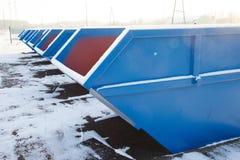 Fileira de grandes recipientes azuis do lixo Fotografia de Stock Royalty Free