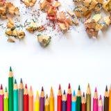 Fileira de lápis coloridos e de barbeações do lápis em um papel imagens de stock