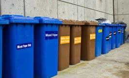 Fileira de latas do recicl e de lixo Imagem de Stock Royalty Free