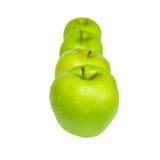 Fileira de maçãs verdes. fotos de stock