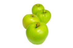 Fileira de maçãs verdes com fundo branco. fotografia de stock royalty free