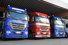 Fileira de Mercedes-Benz Actros Trucks no Carport Fotografia de Stock