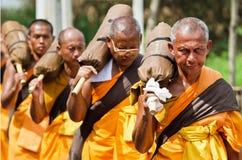 Fileira de monges budistas do hike em ruas Imagens de Stock Royalty Free