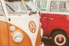 Fileira de ônibus do transportador de Volkswagen do vintage dos anos setenta Fotografia de Stock Royalty Free