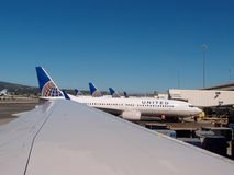 A fileira de planos de United Airlines senta-se estacionado na espera para tomar o thei foto de stock