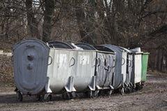Fileira de recipientes de lixo Foto de Stock