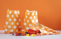 Fileira de sacos de papel alaranjados felizes da doçura ou travessura do às bolinhas de Dia das Bruxas Fotografia de Stock