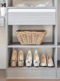 Fileira de sapatas do ` s das mulheres na prateleira de madeira Fotos de Stock Royalty Free