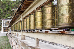 Fileira de sinos dourados no templo budista Foto de Stock