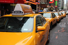 Fileira de táxis de táxi amarelos fotos de stock royalty free