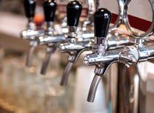 Fileira de torneiras da cerveja fotos de stock royalty free