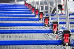 Fileira de troles do carrinho de compras do supermercado Fotografia de Stock Royalty Free