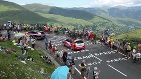 Fileira de veículos técnicos em montanhas de Pyrenees - Tour de France 2014 filme