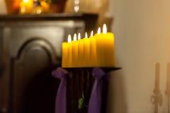 Fileira de velas amarelas na igreja fotografia de stock royalty free