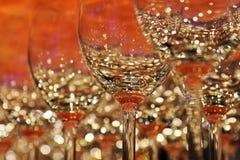 Fileira de vidros de vinho coloridos vazios na barra contrária imagens de stock