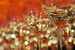 Fileira de vidros de vinho coloridos vazios na barra contrária fotos de stock