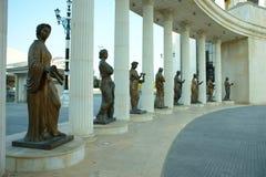 A fileira do bronze fez a mulheres estátuas em Skopje Fotos de Stock