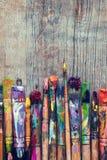 Fileira do close up das escovas de pintura do artista Fotografia de Stock Royalty Free