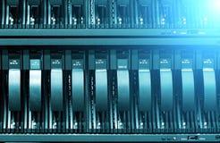 Fileira do close-up dos discos rígidos com ligh O conceito da tecnologia da informação fotografia de stock