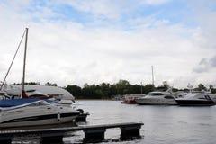 A fileira do luxo yachts a amarração no porto Fotos de Stock Royalty Free