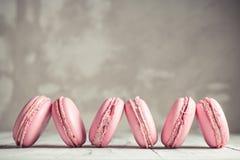 Fileira do rosa pastel Macarons da framboesa ou dos bolinhos de amêndoa Foto de Stock