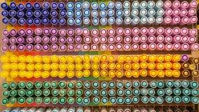 Fileira do tampão colorido da pena na prateleira de loja para a venda imagem de stock royalty free