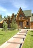 Fileira do tipo de madeira casas do hotel Fotografia de Stock