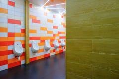 Fileira do toalete público dos homens dos mictórios imagens de stock