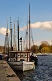 Fileira dos barcos de navigação que amarram em Éstocolmo Fotografia de Stock