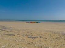 Fileira dos caiaque na praia fotografia de stock royalty free